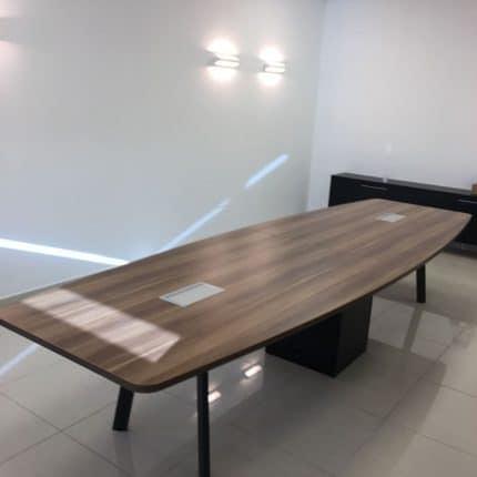 שולחן ישיבות ELIZA עם פתח תקשורת